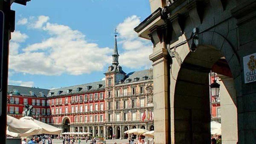 Puerta calle Gerona, La Plaza Mayor