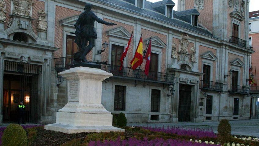 Plaza de la Villa, Monumento a Don Álvaro de Bazán