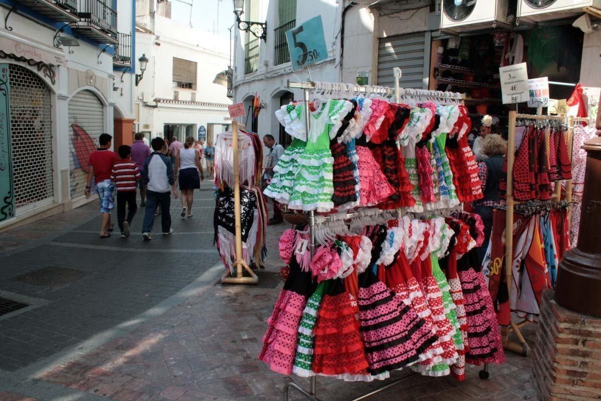 Tienda de calle con trajes de flamenca